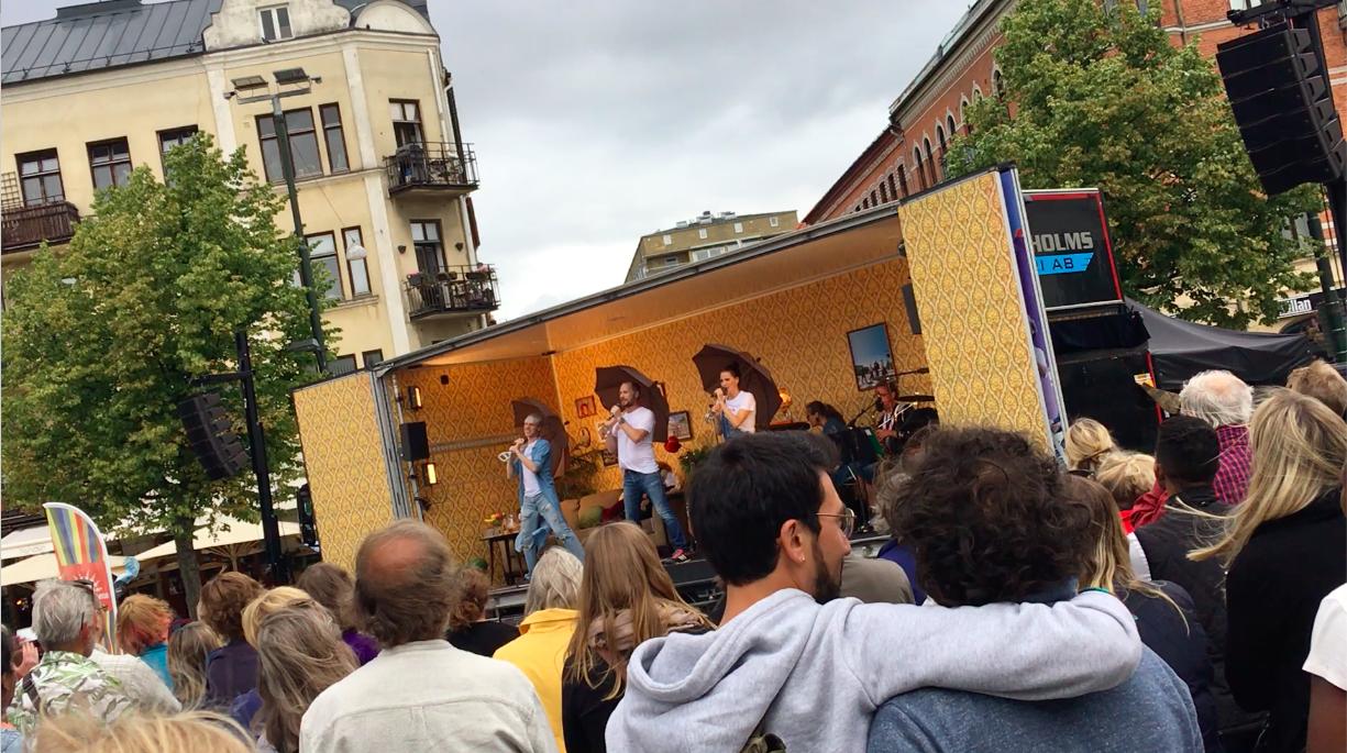 Två killar kramas under prideveckan på Möllevångstorget i Malmö